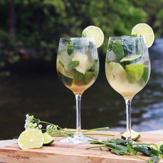 Mojito är en enkel, uppfriskande och god drink. Den innehåller mynta, rom, socker, lime och soda. Perfekt recept på en drink alla älskar.