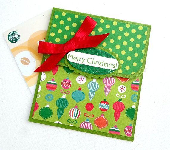 Titulaire de carte-cadeau Noël - joyeux Noël  Ces détenteurs de la carte cadeau sont parfaits pour donner à quelquun une carte-cadeau, espèces ou par chèque. Juste glisser votre cadeau dans lintérieur pli poche fermé et votre cadeau est prêt à donner.  DÉTAILS : • Dimensions: 4 x 3,5 po • Poche intérieure détient en espèces, chèques ou cartes-cadeaux. • Main frappé trois couches embellissement « Joyeux Noël » • La main liée noeud rouge. Base de carton vert • • Papier Design sur le thème de…