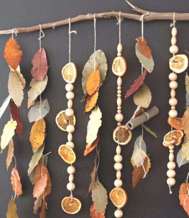 Herbstliche Vorschulaktivitaten Blatt Mit Zimtstange Und Duftendem Sensorischem Herbstklassenzimmer Natur Preschool Art Activities Crafts Fall Decor