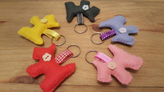 Adorable wenig spürte Scottie Hund Schlüsselbunde, die gut auf Ihre Schlüssel, Ihre Tasche oder sogar als ein Ring-Pull-Kosmetiktaschen oder Schulranzen aussehen würde.  Ich habe Hand geschnitten und Hand genäht diese kleinen Scotties in verschiedenen Farben, eine koordinierende Band befestigt und mit einem niedlichen Knopf beendet  Scotties Maßnahmen ca. 2,5 x 1,5 Zoll mit hängenden Länge von 3 Zoll  Dies sind handgefertigt, also leicht variieren  Wenn Sie wie eine andere Farbe bitte mir…