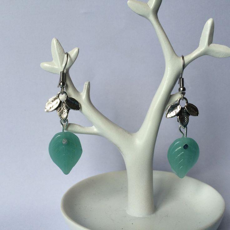 Boucles d'oreilles feuilles et perle en verre de bohème vert d'eau : Boucles d'oreille par alterperles