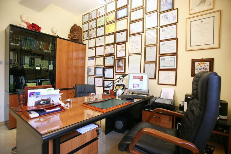 La scrivania dello studio: qui si prendono le decisioni più importanti.
