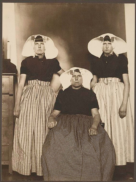 Dutch women at Ellis Island 1906