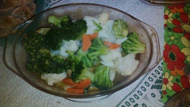 """""""Gotowany kurczak w warzywach"""" Pierś z kurczaka gotowana na parze. Bukiet warzyw z dodatkiem przyprawy typu Vegeta. Całość podajemy z ryżem lub z kaszą jaglaną. Smacznego Swojaki."""