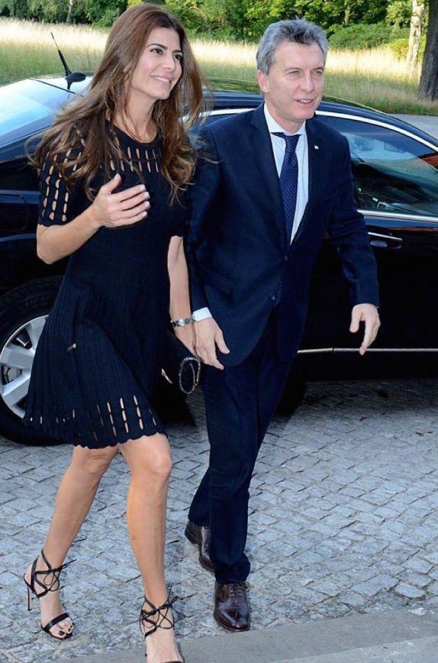Juliana en la última visita oficial por Europa. Para despedirse del Viejo Continente, donde asistió a un show de Tango en la ciudad de Berlín, Awada optó por un vestido de mangas cortas, decorado con recortes tanto en el escote, como en la falda.