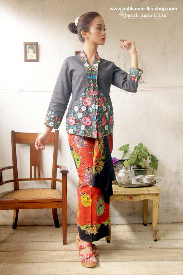 Proudly presents: Batik Amarillis's Sugar and spice ... from Indonesia with Love.... lovely Kebaya ,  Javanese's traditional blouse features polish Embroidery with Batik Wonogiren Sarong.