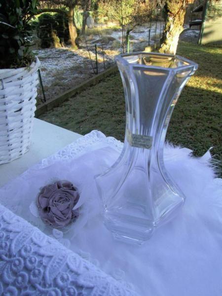 Ich löse meine Glas und Vasensammlung auf !Ätzmarke Top ZustandSie erstehen eine edle facettierte Bleikristallvase französischer Herkunft. Die Vase zeigt das Originallabel und die Ätzmarke des Herstellers ( Cristalleries Royales de Champagne ).Die Vase hat eine Höhe von 23 cm, einen Durchmesser von 12 cm am Vasenbauch und ein Gewicht von 1024 Gramm.Keine Beschädigungen, Chips, RisseBitte machen sie mir einen Preisvorschlag !Versand 6 €