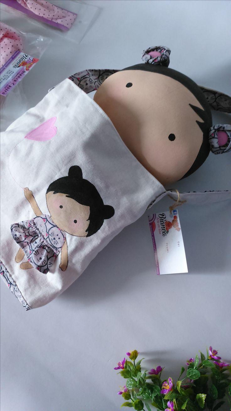 Elaborada a mano esta muñequita Tilda sweetheart doll es de la diseñadora Tone Finnanger  Telas de calidad y texturas suaves deja que Tilda Toy pequeña bebé, de tela hecha a mano inspire la imaginación y la creatividad de tus pequeñas niñas!!! REGALO PERFECTO