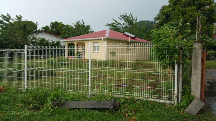 Ma maison aux Antilles. Sur le toit , le chauffe-eau solaire.