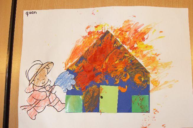 Huis vouwen - vuur schilderen - brandweer bij plakken