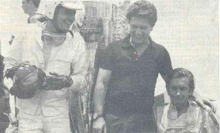 Enviada pelo amigo Paulo Peralta, do Bandeira Quadriculada. É o pódio das Mil Milhas de 1966. À esquerda, Eduardo Celidôneo, que venceu ao lado do Camillo Christófaro (de camisa escura). Vejam o que o Celidôneo tem na mão. SIM, É UM MUG!!!