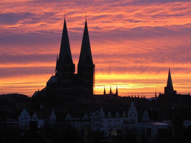 Die Marienkirche von Lübeck vor einem grandiosem Sonnenaufgang.