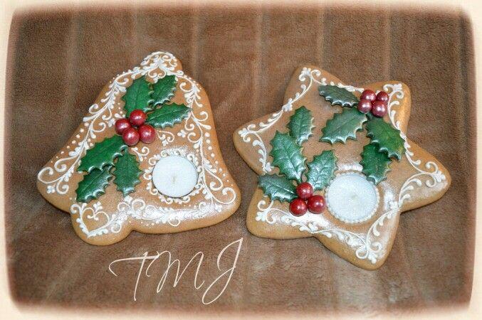 Christmas gingerbread candle holder decorated with holly./ Karácsonyi mézeskalács mécsestartó magyallal.
