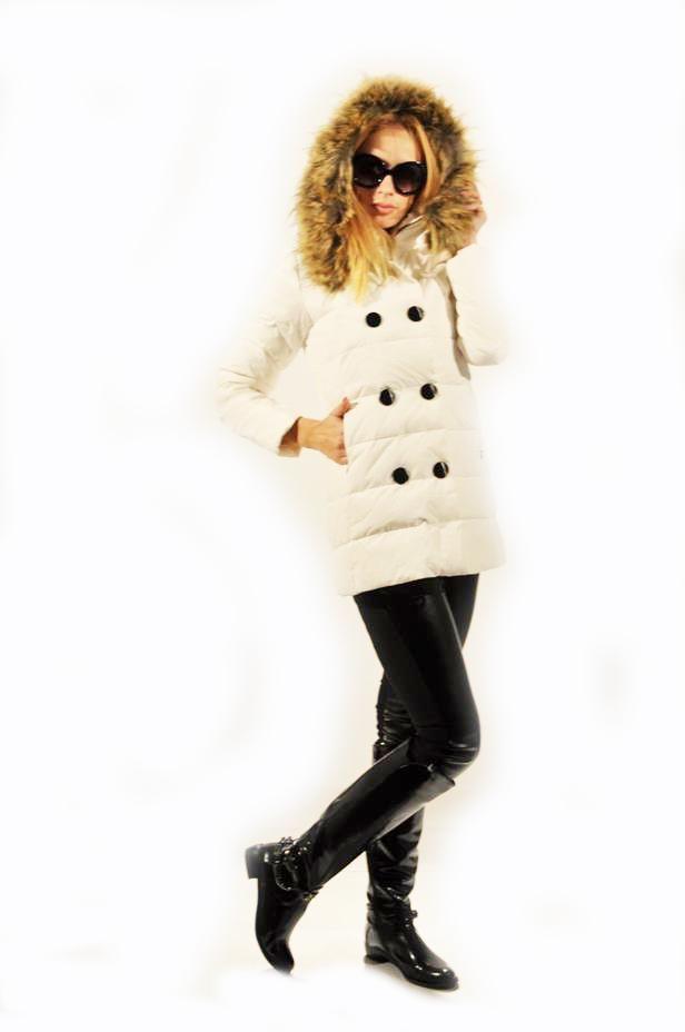 Geaca Dama Winter White  -Geaca dama cu gluga, cu blana detasabila. Model matlasat, din fas.  -Se inchide cu fermoar si nasturi.  -Buzunare laterale.     Lungime: 68cm  Latime Talie: 42cm  Compozitie: 60%Poliester, 40%Naylon