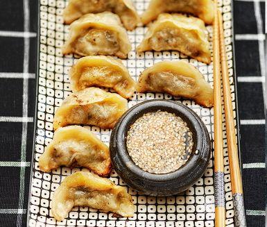 Kinesiska dumplings fyllda med svamp är ett trevligt matpyssel där gärna flera kan hjälpas åt att kavla, fylla och vika degknyten. För att lyckas är det viktigt att dumplingdegen är smidig och väl bearbetad. De här vegetariska dumplingarna serveras stekta men de går lika bra att koka eller ångkoka.