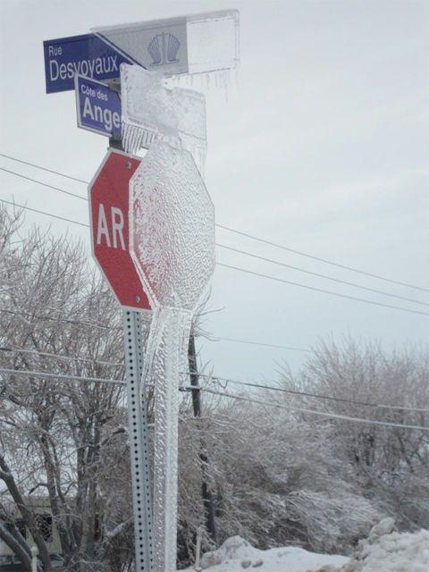 幽体離脱するカナダの道路標識
