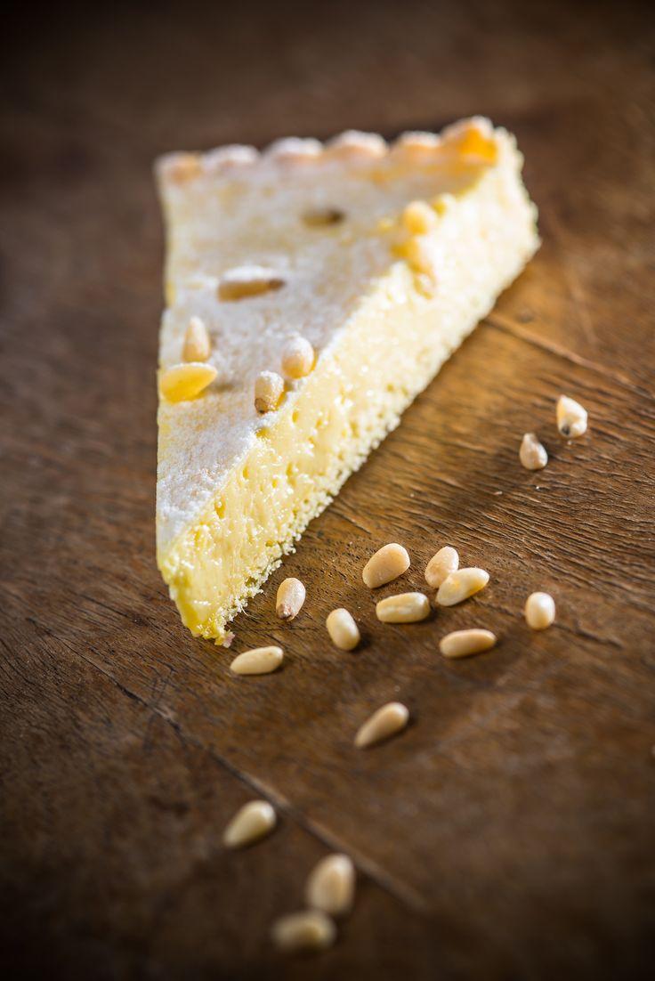 Citromos-fenyőmagos tarte  Citromos tarte kicsit másképp! Ez a tarte egy igazán omlós vajas tésztából készül, benne egy lágy főzött citromkrém, a tetején pirított fenyőmagokkal.