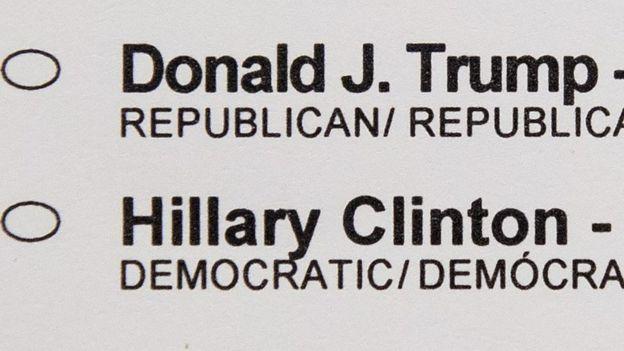 La papeleta de votación que muestra los nombres de Donald Trump y Hillary Clinton