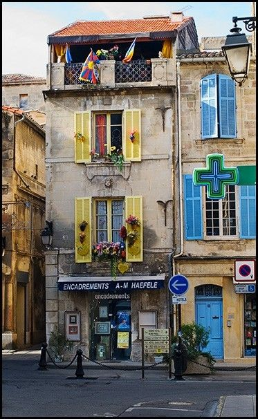 Beautiful Arles! Arles est un petit village tout près d'où van Goght s'est installé pour faire de la peinture. (Arles is a small village near where van Goght moved to paint.)