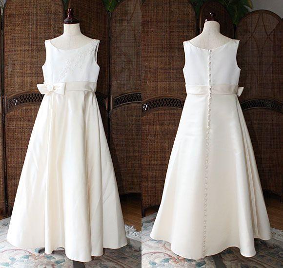 """結婚式のお呼ばれ、リングガールやフラワーガールなどの大役、ピアノの発表会で、全国のお客様にご利用頂いている子供用パーティードレス。 120cm〜150cmまでレンタル可能。シンプルで、エレガントなベージュのドレスです。  ブライダルシーンにも利用する""""上質なサテン生地""""を使用。   ベージュとオフホワイトカラーでデザインされたドレス。 シンプルなラウンドネックの上半身デザイン。   ウェストには、ベルトを施た""""シンプルなシルエット""""のドレスです。 上品で、シンプルな印象を与える""""クルミ ボタン""""が素敵なデザイン。"""