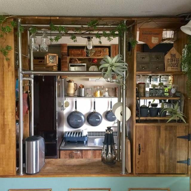 築49年の団地に引越して来てキッチンに収納が少なく不便だったので枠からキッチンカウンターを作り内側は全てキッチンの収納、棚もカウンター上に設置しディスプレイも楽しめるようにしました。グリーンが大好きなのですがこのキッチンカウンターはエアコンが直風なのと衛生面が心配なので、いなざうるす屋さんのフェイクグリーンを飾ってます。