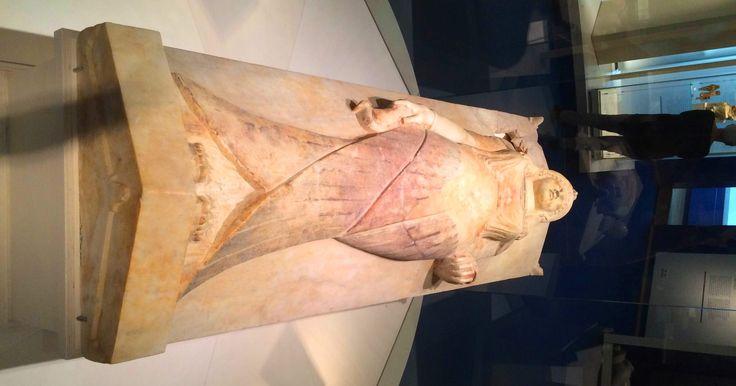 Een sacrofaag voor het graf van een heel rijk persoon. Gehouwen uit marmer dat afkomstig is uit Griekenland, net als de beeldhouwer. Dit is te zien aan de jurk, die de Griekse mode van destijds volgde. De uraeusslang, hier in de vorm van de vogel, die afgbeeld staat op de kroon, verwijst echter naar de Egyptenaren. Ook hier zijn de handelsrelaties van toen duidelijk te herkennen.