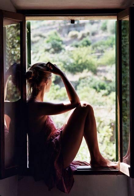 La donna che aspetta non si guarda dietro, non si guarda davanti. Si guarda dentro, e cresce. La donna che aspetta invoca il vento, le stelle, i mari, e culla nei suoi occhi i sogni che fanno girare la terra. La donna che aspetta sa che non è la barca, quel che lei aspetta; ma che è la barca che sta aspettando lei. (Joumana Haddad)