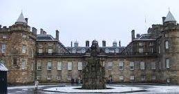 En anteriores ocasiones os he hablado de los muchos castillos que hay en Escocia y las leyendas que viven entre sus muros. Hoy vamos a adentrarnos en otro tipo de fortificación real que cuenta cómo no con una suculenta y sangrienta historia a sus espaldas: se trata del Palacio de Holyrood en Edimburgo el que fuera el hogar escocés de la reina Elizabeth. Pero centrémonos en otra época más avanzada en la de María Estuardo la reina escocesa por excelencia y a quién se atribuye buena parte de la…