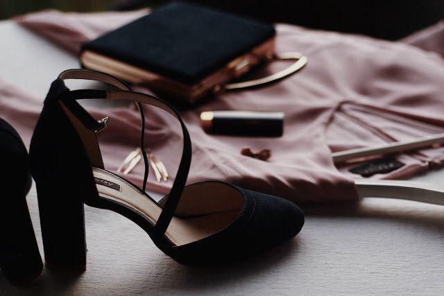 Stylizacja Na Wesele Rozowa Sukienka Granatowa Torebka I Granatowe Buty Ze Zlotymi Dodatkami Bridal Blog Sandals Heels Stuart Weitzman