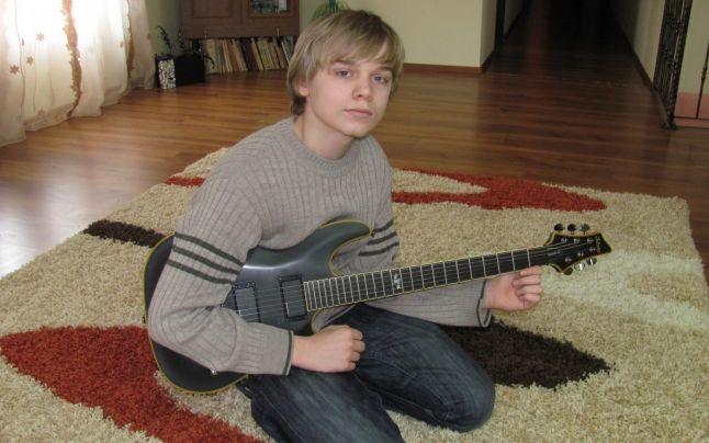 FOTO VIDEO Cum a făcut un copil cu o chitară să amuţească un aeroport plin cu sute de militari NATO | adevarul.ro