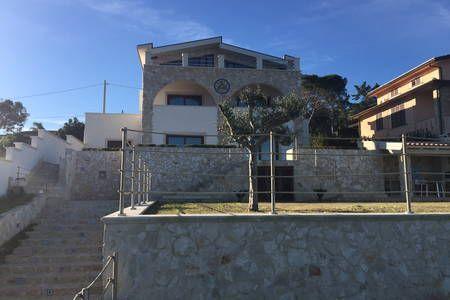 Dai un'occhiata a questo fantastico annuncio su Airbnb: Green apartment in villa by the sea - Appartamenti in affitto a Brucoli