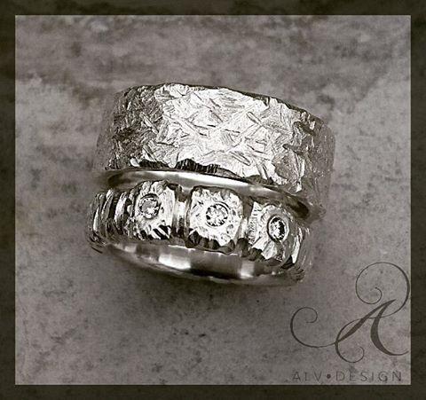 Handarbetar en variant av  FLORA/STELLA 5 mm bred  med tre TW diamanter 💎 På bild tillsammans med  FROST 10 mm bred. Design och arbete: Anneli och Kenneth Lindström, Alv Design. Se mer av Alv Designs rustika silverringar i webbutiken www.alvdesign.se