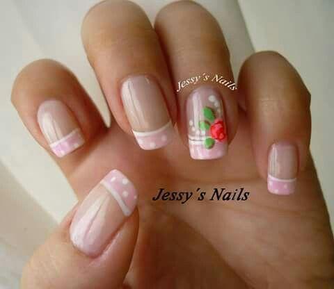 Uñas rosadas flires rosas delicadas