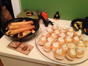 Gruseliges im Wonderland! Eine Halloween-Party mit vielen Snacks. http://checkoutwonderland.com/2013/11/02/boo-wenn-gespenster-hexen-und-vampire-zu-besuch-sind/