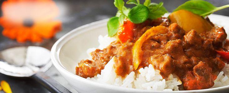 En köttfärssås med indiska inslag som är enkel att svänga ihop till vardagsmiddagen. Servera tillsammans med basmatiris och toppa gärna med färska örter.