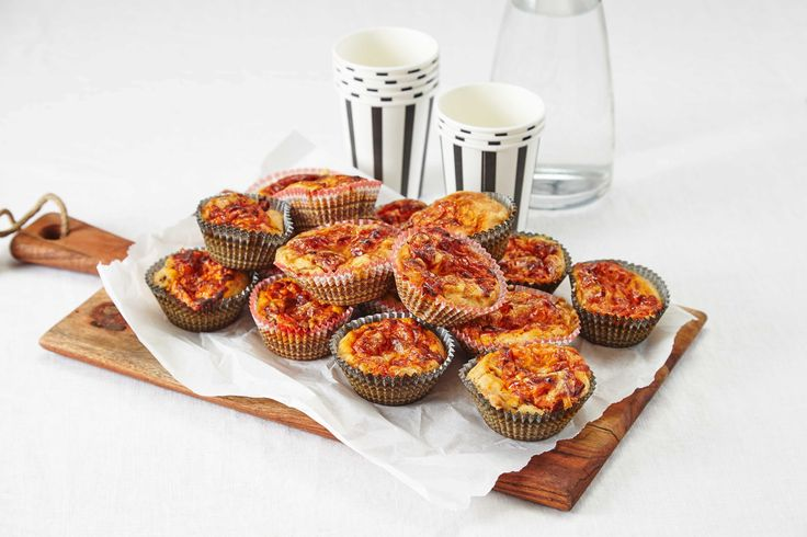 Matmuffins fylt med ost og løk. Perfekt å ha med som matpakke eller på tur. 1 porsjon gir ca. 16 muffins.