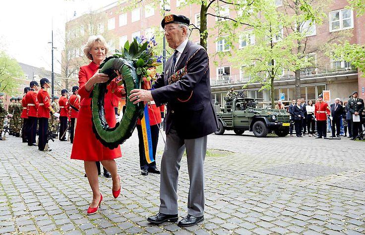 Prinses Irene bij herdenking 70 jaar bevrijding Den Haag (fotoserie) -  Prinses Irene en een veteraan leggen een krans tijdens de herdenking van de bevrijding van Den Haag, vrijdag precies zeventig jaar geleden. beeld ANP