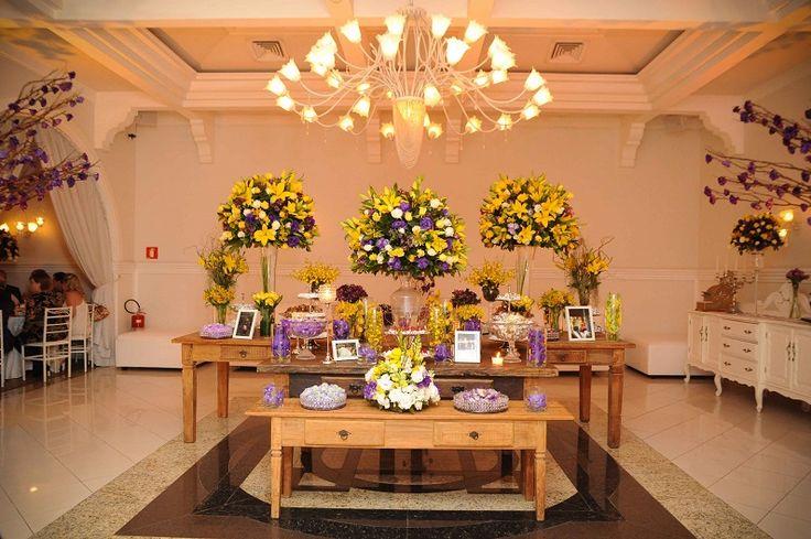 Decoração de casamento em amarelo e roxo: mesa de doces no buffet Palazzo Oliva.