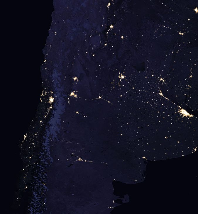 Las imágenes son del Observatorio de la Tierra de la NASA, que difunde imágenes satelitales del planeta. Entrá a la nota y recorré cómo se ve la Argentina y Chile de noche.