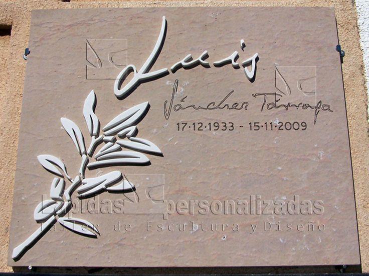 Lapida Natural Lápida personalizada con textura natural sin pulir y de tonos ocres y sienas muy integrados en el entorno. El nombre y la rama de olivo son de mármol incrustado. Se ha utilizado la misma caligrafía que utilizaba Luis en sus escritos.