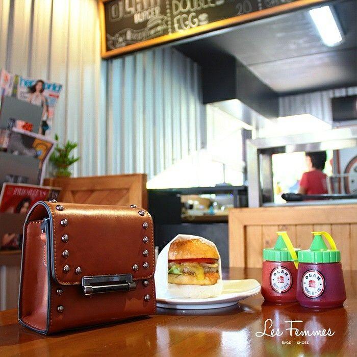Siang, ladies? Sudah makan siang belum nih? Kalau belum, coba burger enak ini yuk dari @olah_burgerbar. Rasanya enak dan tempatnya asik untuk hangout lho. Cocok nih ditemani sama Verrel, tas imut bergaya klasik dengan aksen studs, menambah penampilan kamu semakin kekinian! • Warna cokelat • Ukuran 15*7*13 cm • Harga 199,000  Order via : Website : www.lesfemmes.co.id SMS / WA : 081284789737 Email : care@lesfemmes.co.id  Happy shopping!