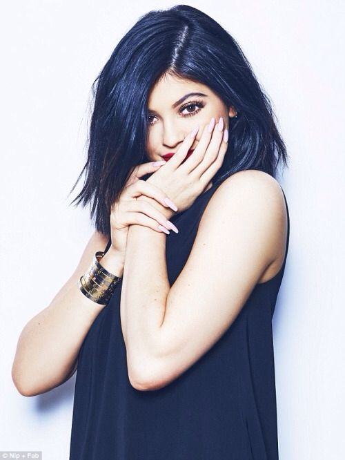 The youngest of the Kardashian sisters, and one of the hottest celebrities on the planet, Kylie Jenner. Look out Kim. Thanks to her fame and selfies, Kylie has a loyal Instagram following of 50 million. She never fails to provide us with cute outfits, dope style and fashion, amazing Make Up tips. We love Kylie Jenner. Beautiful body, stylish clothes, gorgeous girl