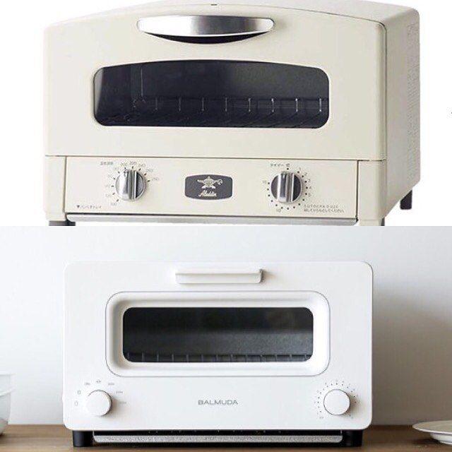 2016/11/01 14:00:10 hi_mi_t6738 * 欲しいもの*☻トースター編☻* アラジンとバルミューダ どちらも今大人気のトースターです。 今やトースターは3000円以内でも買える家電ですが こちらは15000円以上する高価なトースター✨ * アラジンは食パン4枚同時に焼けて、たった0.2秒で発熱するグラファイトヒーターのおかげで素早く焼けるそうです。 外はカリッと中はふんわりに🍞 付属として網とグリルパンが付いてます。 色は白とグリーンでどこかレトロでかわいらしいのが特徴です😊 * バルミューダは食パン2枚同時に焼けて、トースターの上部に水分を入れて蒸焼きにする機能も付いてます。 こちらも外はサクサク中はしっとりとした焼き上がりに🍞 色は白と黒でシックでかっこいいイメージです😊  主にトースターとして使うことが多いのか、トースター以外にグリル料理もするのかで変わってくるのかな❓ さてどっちが人気なんでしょう😊 どっちも魅力的でめちゃくちゃ悩みます😍 * #マイホーム建築中 #新築 #トースター #アラジン #バルミューダ…