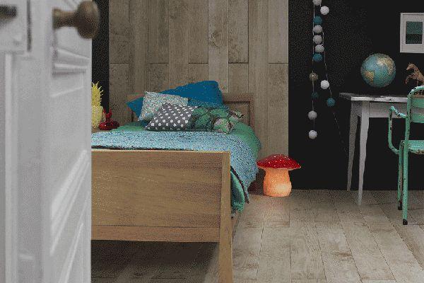 Une tête de lit en faisant grimper un parquet au mur pour définir l'emplacement. C'est possible mais avec un parquet adapté mur & sol !!! Parquet PYLA by MULTIWOOD