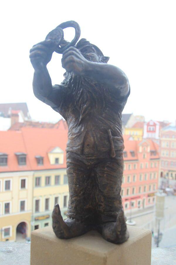 Kolekcjoner (Collector) - wrocławski krasnal znajdujący się na IV piętrze Domu Handlowego Feniks Rynek 31-32; autor: Beata Zwolańska–Hołod