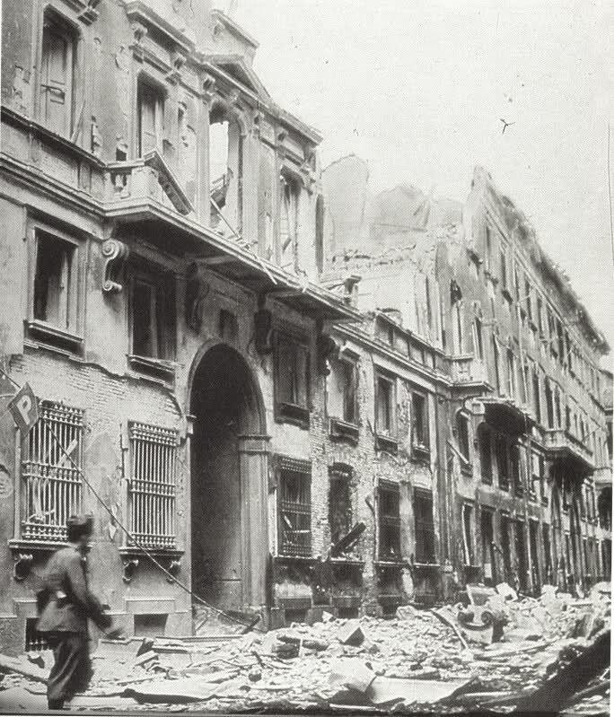 Bombardamento del 1943. Ecco la fine che fecero le case risorgimentali costruite al posto del Palazzo di Pio IV di fronte al Palazzo di Brera.