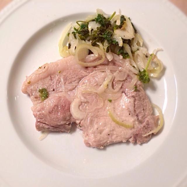 始末の料理でしょうか。豚肉をタマネギ、パセリ、ニンニク、ローズマリー、レモンにオイル、米酢などで作ったマリネ液に漬け込んで、オーブンで焼きました。冷蔵庫の中にある野菜などで適当に作っても 美味しかった! - 4件のもぐもぐ - 豚肉マリネ焼 by moppy77