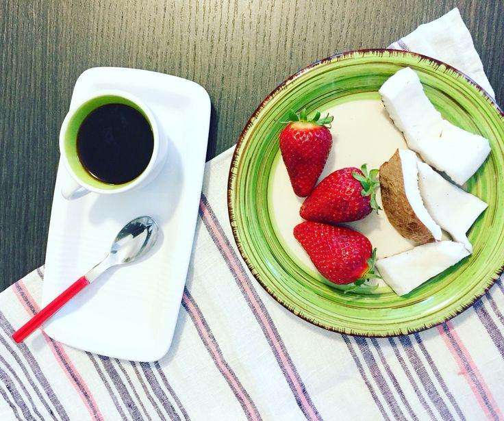 Breackfast , colazione , cocco e fragole , strawberries , coffee, morning , food