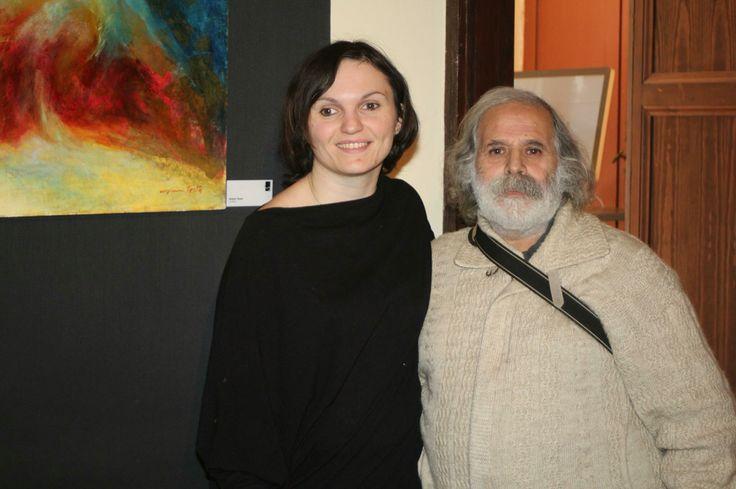 Chiara testa con Antonio Senes davanti al opera del maestro Gianni testa