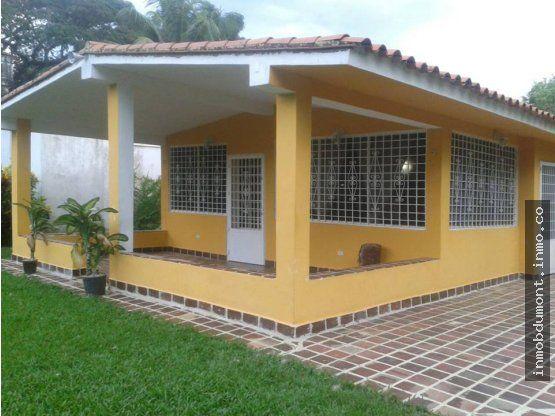 INMOBILIARIA DUMONT VENDE QUINTA DE PLAYA EN RIO CHICO,EDO.MIRANDA URB. PRIVADA.SE REMATA QUINTA DE PLAYA CON PISCINA, PARRILLERA, CANEY, Y CASA ADICIONAL PARA VISITAS. Por motivo de viaje Vendo a precio de remate dos casas por el precio de una, Excelente ubicación en la urbanización privada Flor de Mayo, donde está el BOATING CLUB, Cuenta con 2.500 Mts2. de terreno propio totalmente plano con bellos jardines y grama natural,la Quinta principal tiene 200 Mts2 de construcción, cocina…